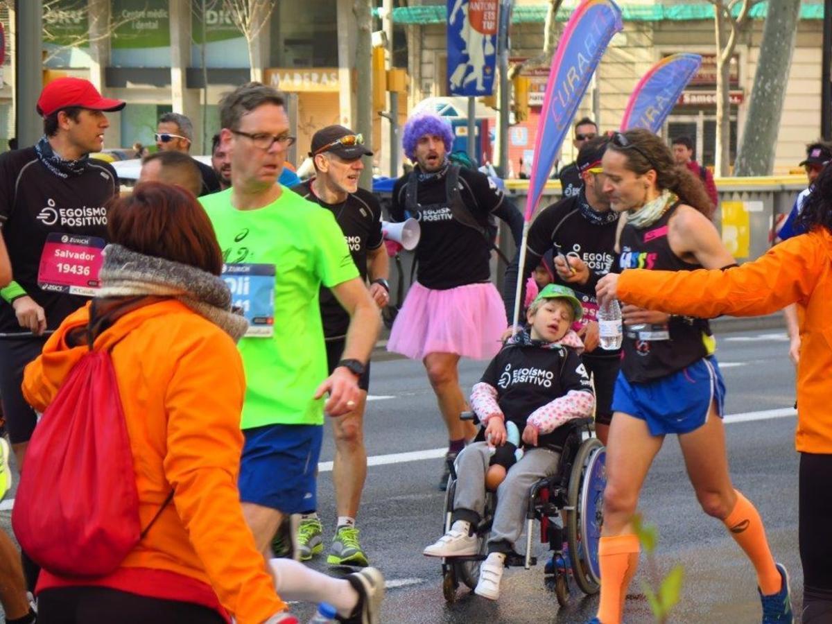 Participantes en el maratón en la Gran Via.