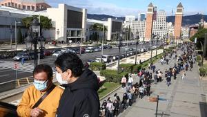 Ciudadanos ecuatorianos hacen cola para votar en el pabellón textil de la Fira de Barcelona, el domingo 7 de febrero de 2021.
