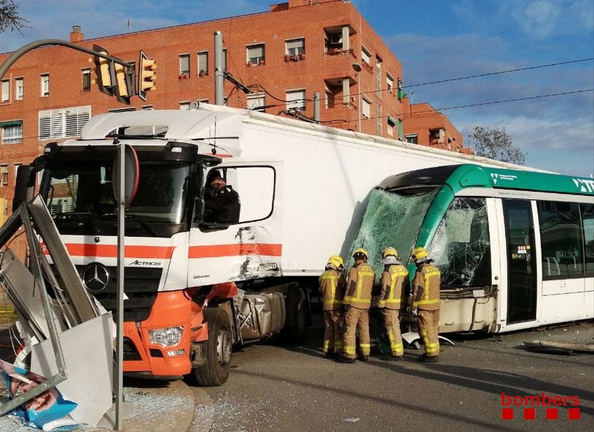 Choque entre un camión y un tranvía en Sant Adrià del Besòs.