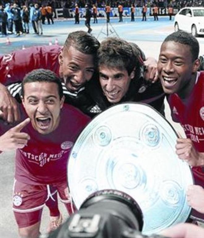 Thiago, Boateng, Javi Martínez, Alaba y Götze celebran la Bundesliga en Berlín.