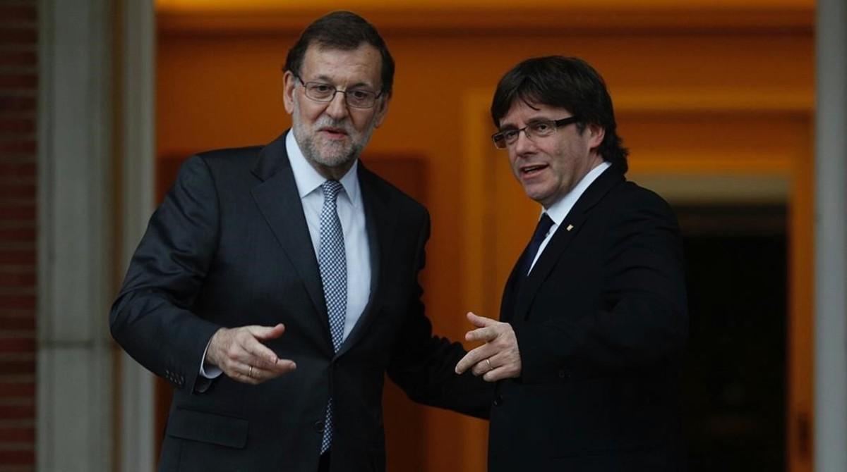Mariano Rajoy y Carles Puigdemont se saludan antes de su reunión en la Moncloa en el mes de abril del 2016.