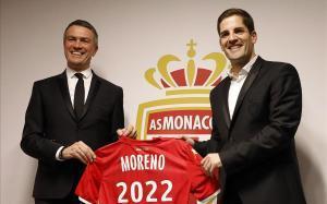 Robert Moreno posa con la camiseta del Monaco junto al vicepresidente del club Olev Petrov
