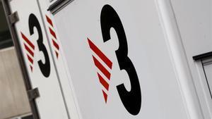 El logo de TV-3, en unidades móviles en los estudios de Sant Joan Despí.
