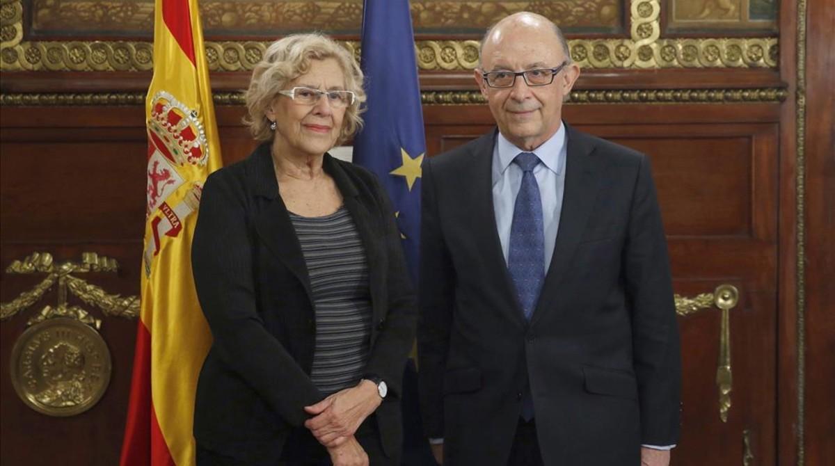 La alcaldesa de Madrid, Manuela Carmena, y el ministro de Hacienda, Cristobal Montoro, tras reunirse en noviembre del 2016.