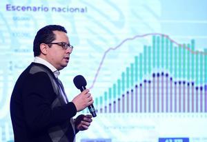 MEX8727. CIUDAD DE MÉXICO (MÉXICO), 09/10/2020.- Fotografía cedida hoy por la Presidencia de México que muestra al director de Epidemiología, José Luis Alomía, durante una rueda de prensa en Palacio Nacional, en Ciudad de México (México). México llegó a 809.751 casos confirmados y a 83.507 defunciones por la COVID al sumar los 5.263 contagios y de 411 muertes notificados este viernes, informaron las autoridades sanitarias del país. EFE/Presidencia de México /SOLO USO EDITORIAL /NO VENTAS