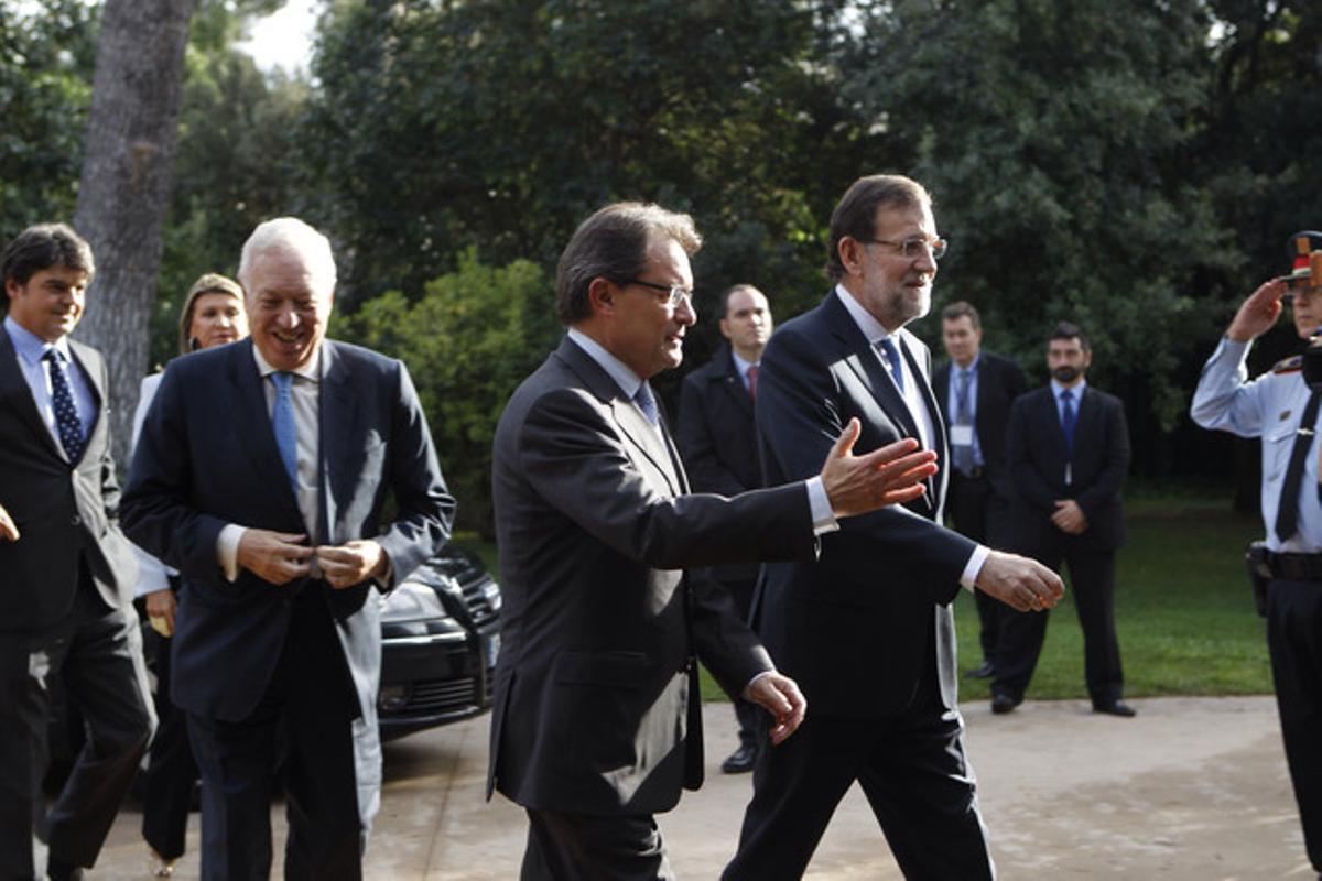 Artur Mas recibe a Mariano Rajoy. Tras ellos, el ministro García-Margallo y Jorge Moragas, hoy en el palacio de Pedralbes.