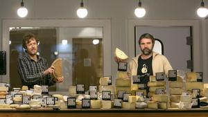 Kike Ojanguren y Pere Pujol, tras el mostrador repleto de quesos de Dotze Graus.