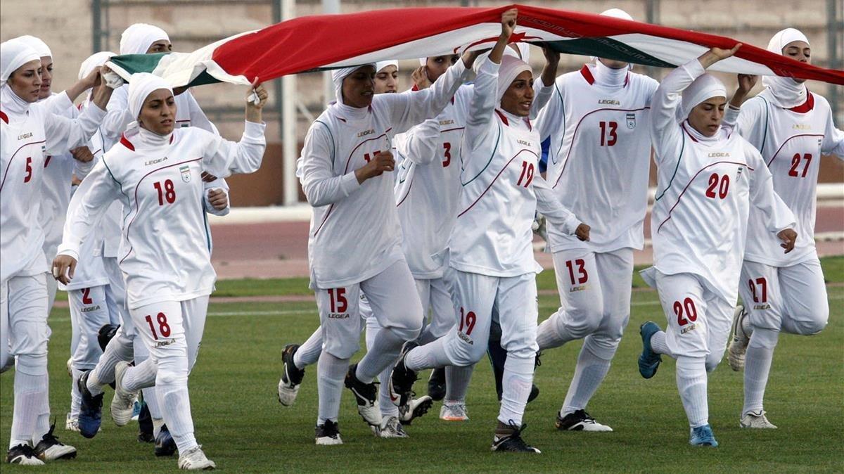 Convidades o camuflades: així viuen les dones el futbol a l'Iran