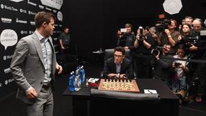 Carlsen, a su llegada a la 11ª partida, con Caruana ya sentado.