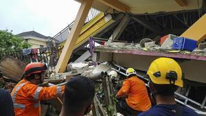Equipos de rescate buscan supervivientes entre los escombros, en la isla Célebes, tras el terremoto.