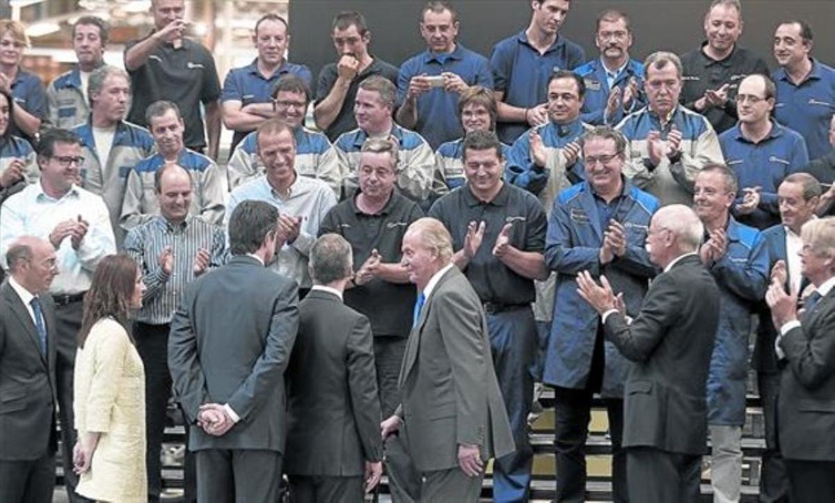 Trabajadores de la factoría de Mercedes Benz aplauden al Rey, ayer, en Vitoria, cuando se dispone a posar para una foto de recuerdo.