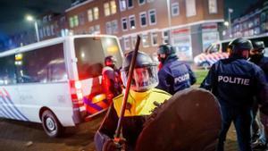 Agentes antidisturbios desplegados en la ciudad de Rotterdam.