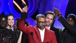 El director Jordan Peele recoge su premios a la mejor película por 'Déjame entrar'.