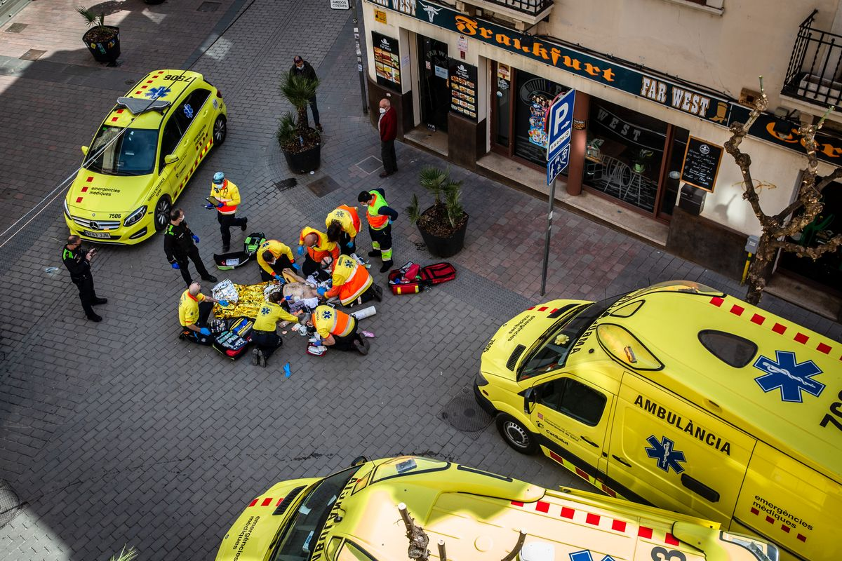 Tres vehículos del SEM y ocho sanitarios atienden una parada cardiorrespiratoria en Molins de Rei.
