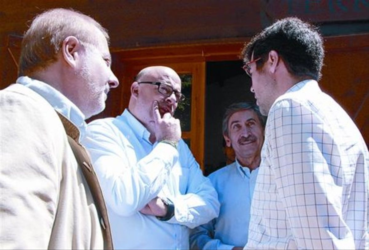 Corominas, en el centro con gafas, dialoga con Albert Batalla, de perfil y también con lentes, ayer en Lleida.