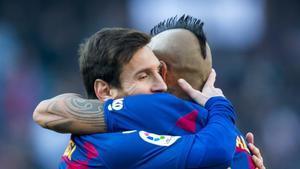 Messi es felicitado por Arturo Vidal tras marcar un gol al Eibar.