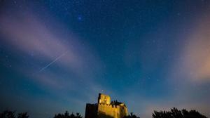 Una lluvia de estrellas sobre el castillo de Holloko situado en un pueblo cerca de Budapest (Hungría) en el 2016