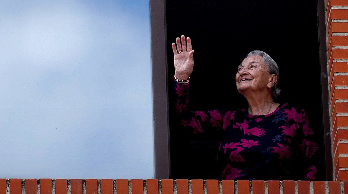 Una mujer disfruta del homenaje dedicado a los residentes y los profesionales de la residencia de mayores Casaverde, en Navalcarnero el 13 de mayo.