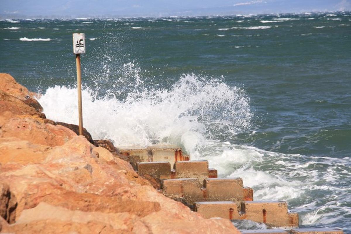 Fuerte oleaje en la playa de L'Escala.