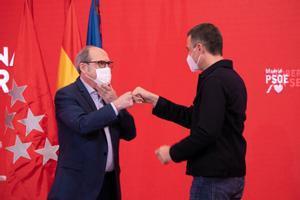 Pedro Sánchez y el candidato socialista madrileño, Ángel Gabilondo, el pasado 12 de abril en un acto de campaña en Ferraz.