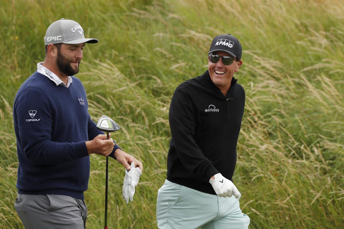 Jon Rahm junto a Phil Mickelson, en la jornada de entrenamiento del miércoles en el Open Británico