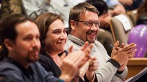 Xavier Domènech (derecha) y Ada Colau, junto al líder de Podemos, Pablo Iglesias, en un acto de campaña en Santa Coloma de Gramenet.