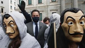 Manifestantes con mascaras de Dali y entre ellos  el presidente de Vox  Santiago Abascal (i) y el portavoz parlamentario de Vox  Ivan Espinosa de los Monteros (d) se concentran con pancartas con el simbolo de la muerte frente al Congreso de los Diputados  en Madrid (Espana)  a 17 de diciembre de 2020  La accion forma parte de la campana Vividores  impulsada por la Asociacion Catolica de Propagandistas (ACdP)  contra la ley de la Eutanasia que hoy se aprueba en la Camara Baja   17 DICIEMBRE 2020  Eduardo Parra   Europa Press  17 12 2020