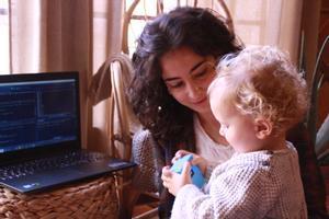 Ana Laguna, cofundadora y Data Scientist en Zoundream, y su segundo hijo Marco