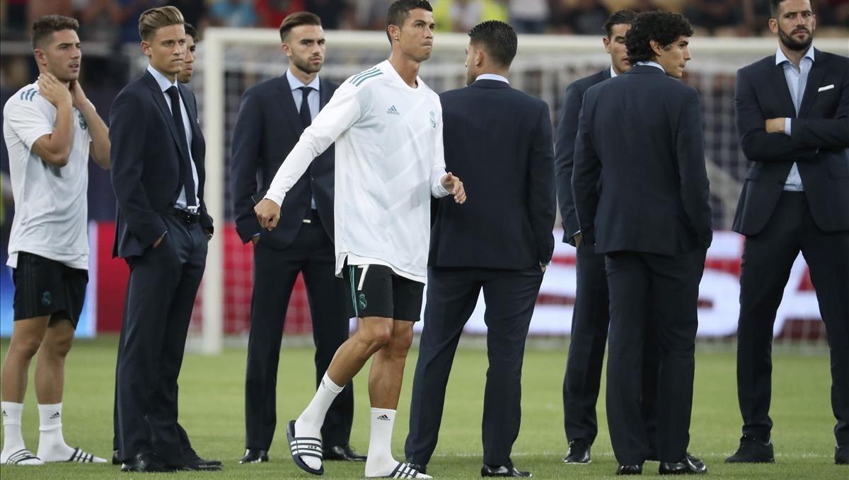 Ronaldo, junto a varios jugadores del Madrid antes del partido contra el United.