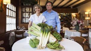 Alberto y Carmen González,del restaurante Izarra, conuna selección de verduras de la huerta de Navarra.