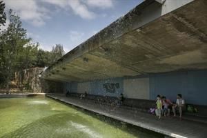 El banc a sota de la cascada del Parc Catalunya de Sabadell.