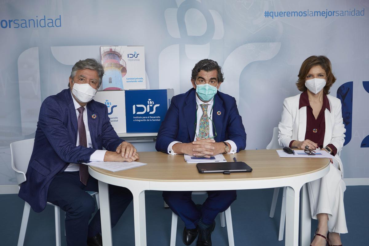 De izq. a drcha.: Ángel de Benito, secretario general de IDIS; Juan Abarca, presidente de IDIS, y Marta Vilanueva, directora general de la Fundación IDIS.
