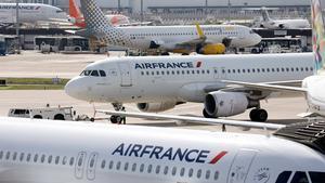Aviones de Air France parados en el Aeropuerto de Orly.