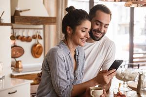 Una pareja utilizando la herramienta digital.