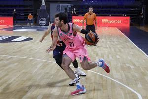 El barcelonista Abrines maneja el balón ante el Baskonia en la Supercopa.