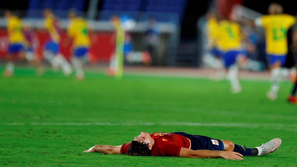 Miranda se derrumba tras el gol triunfal de Brasil.