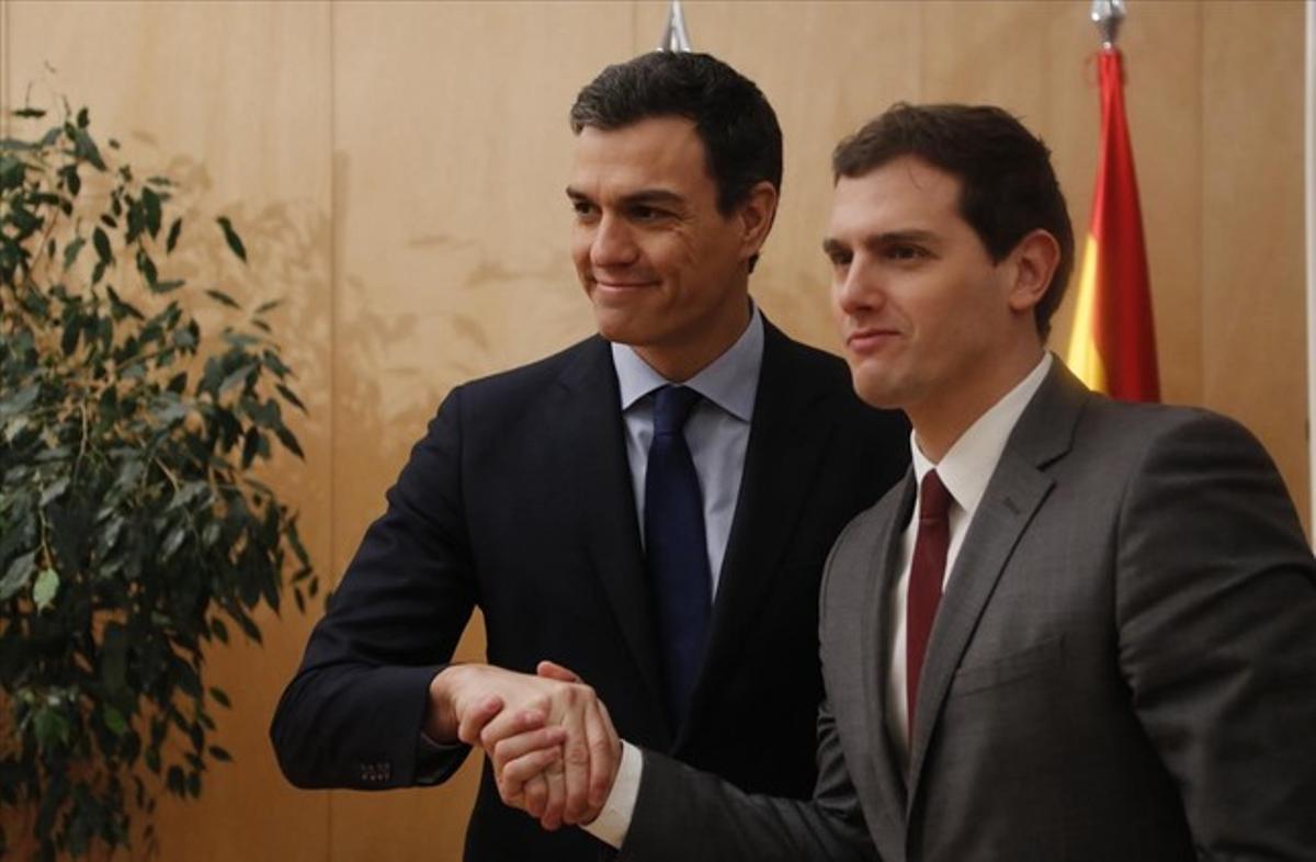 Los líderes del PSOE y de Ciudadanos, Pedro Sánchez y Albert Rivera, negociando las claves del pactoen una reciente reunión en el Congreso.