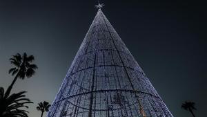 Árbol de luces gigante, instalado en el Moll de la Fusta.
