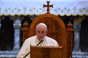 El papa reza por las víctimas de la guerra en una devastada Mosul.