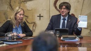 Neus Munté y Carles Puigdemont, este martes, en la reunión del Consell Executiu.