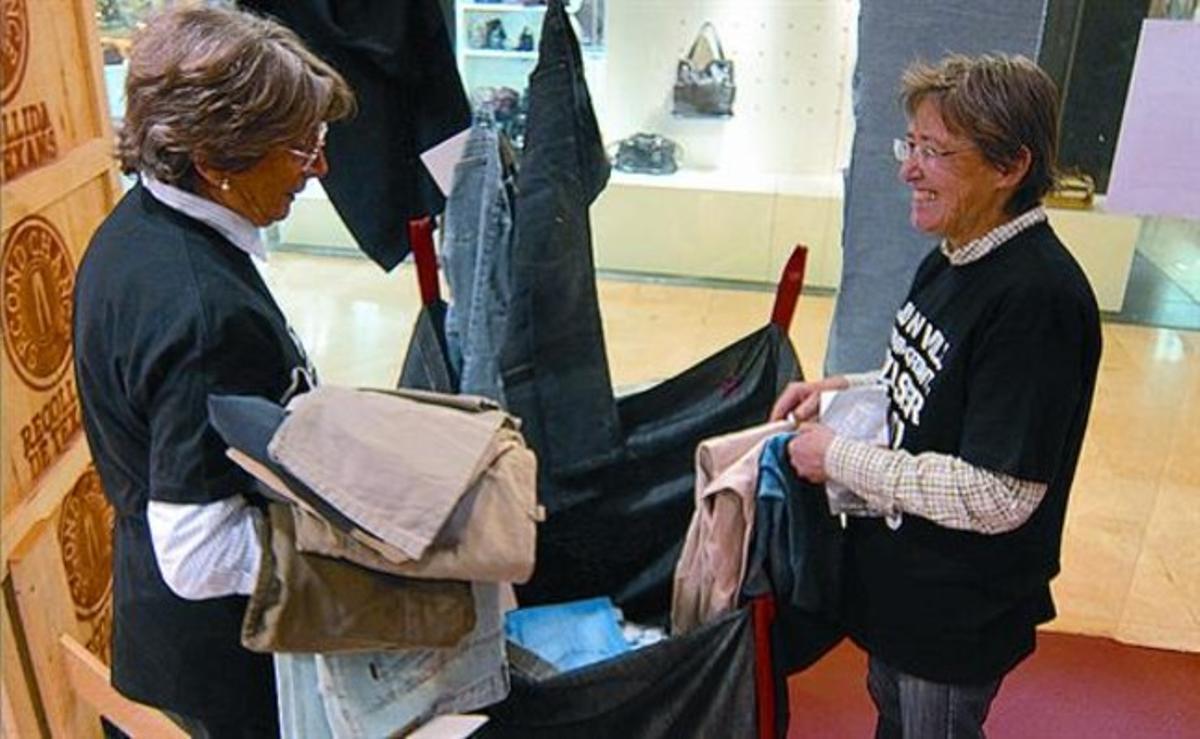 Rosa e Isabel, en el puesto de recogida de tejanos usados en el Bulevard Rosa, el miércoles.