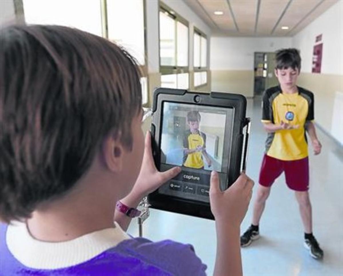 Dos estudiantes de cuarto de primaria de Els Llorers, con una tableta.