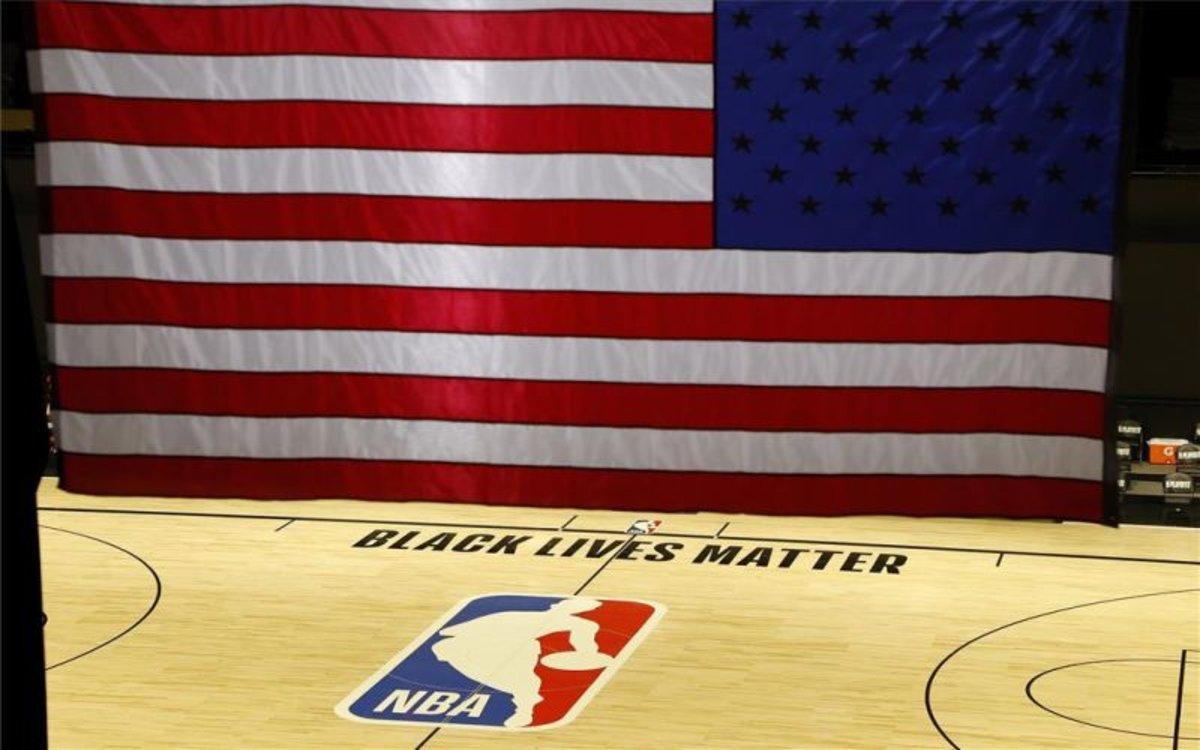 La bandera de los EEUU en una duela de la NBA.