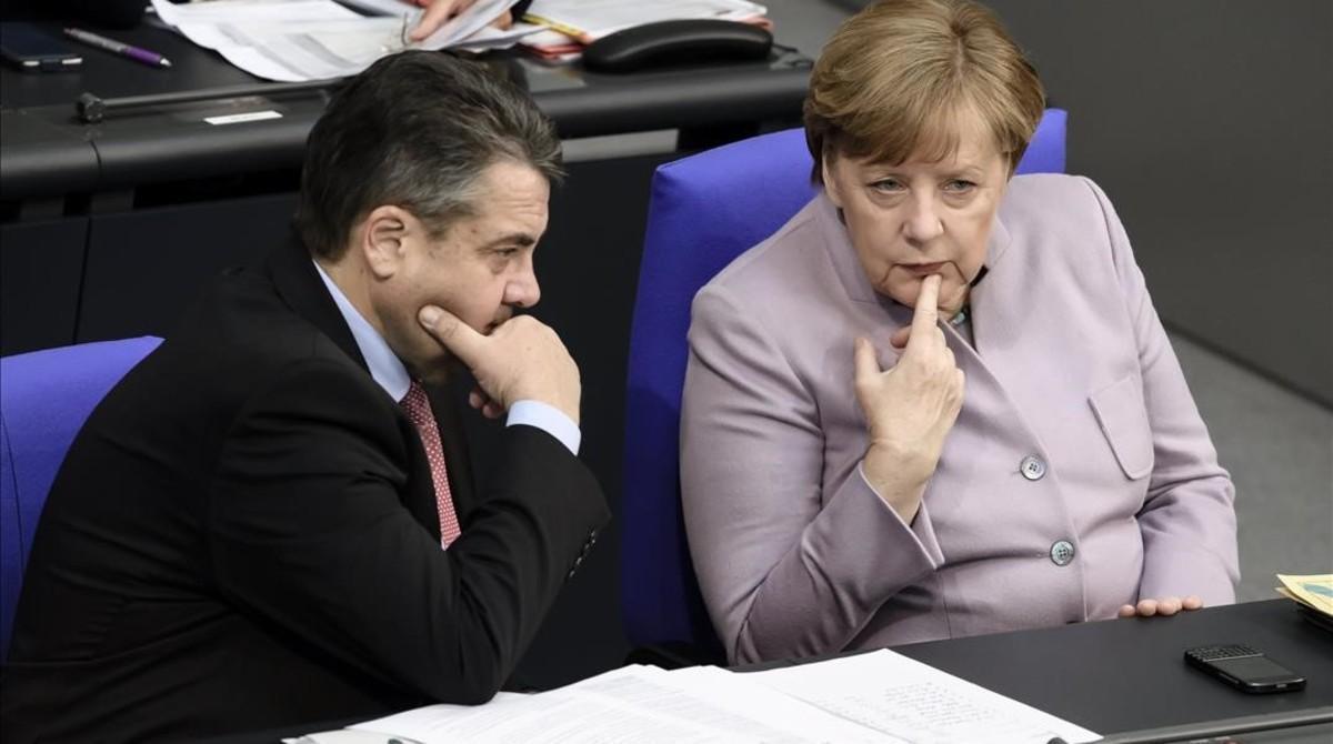 Merkel conversa con el ministro de Exteriores alemán, Sigmar Gabriel, en su escaño en el Parlamento, en Berlín, el 27 de abril.