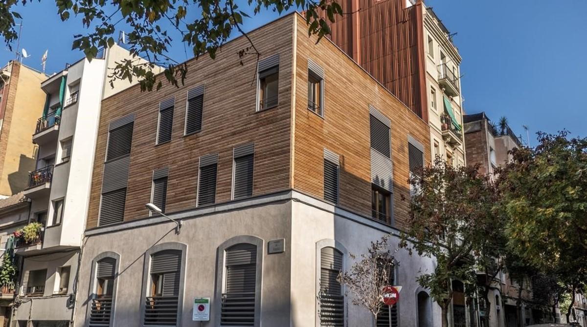 Bloque realizado con estructura de madera e interiores de madera en la calle de Magalhanes, 60, en el Poble Sec, con seis viviendas destinadas al alquiler.