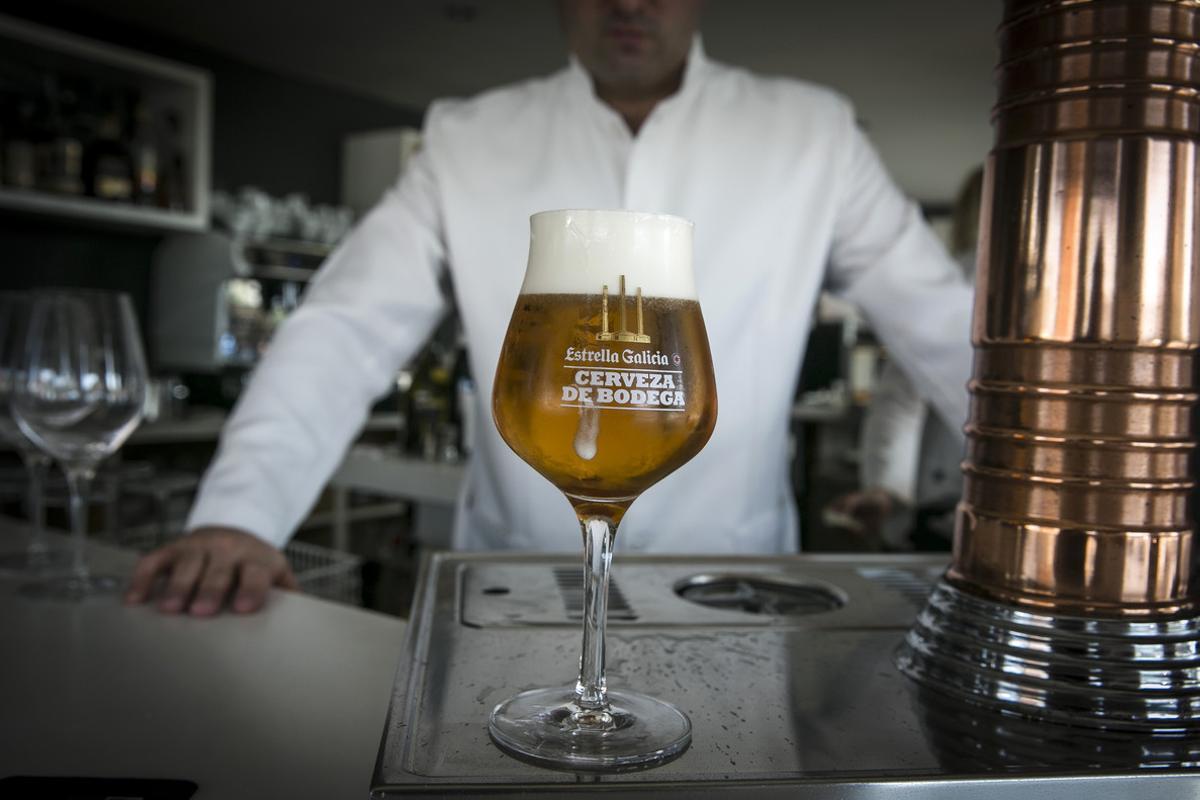 David García Landa, del restaurante La Toja (Castelldefels), elegido mejor tirador de cerveza de Catalunya, ante una birra recién tirada.