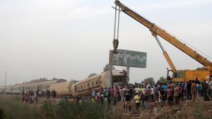 Una grúa levanta el tren volcado en Egipto.