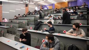 Alumnos de la Universitat Politècnica realizan un examen presencial, el pasado enero