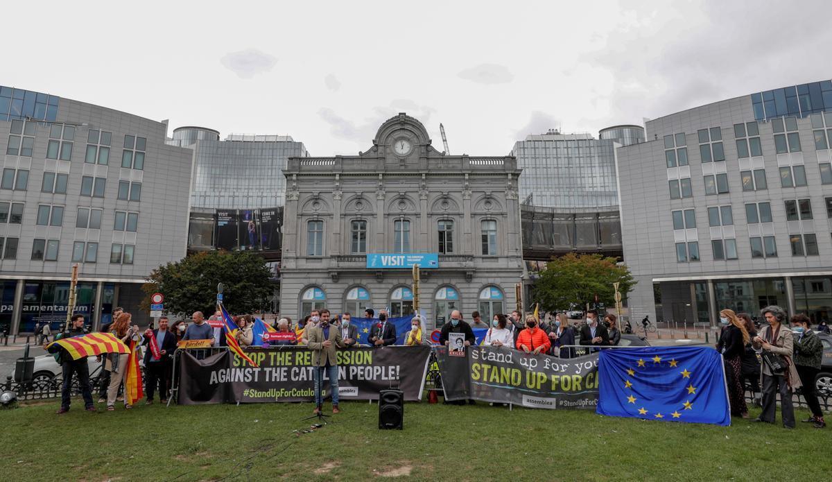 Simpatizantes del independentismo se manifiestan frente al Parlamento Europeo tras la detención de Puigdemont en Cerdeña.