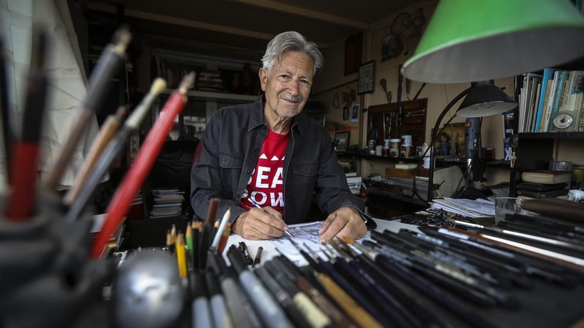 El dibujante Kim, en el estudio de su casa, en Barcelona, esta semana.